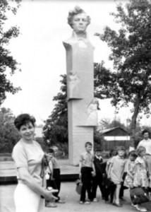 Біля пам'ятника Гулаку-Артемовському в Городищі скульптор Галина Кальченко й архітектор Анатолій Ігнащенко (крайній справа)