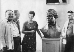 Георгій Коваль і скульптор Галина Кальченко біля бюста Гулака-Артемовського