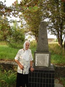 Представниця роду Гулаків О.О.Шляхова біля пам'ятного знаку, встановленого неподалік місцини, де стояла хата Гулаків-Артемовських. Піщана.